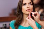 適用リップグロスの美しい女性の唇