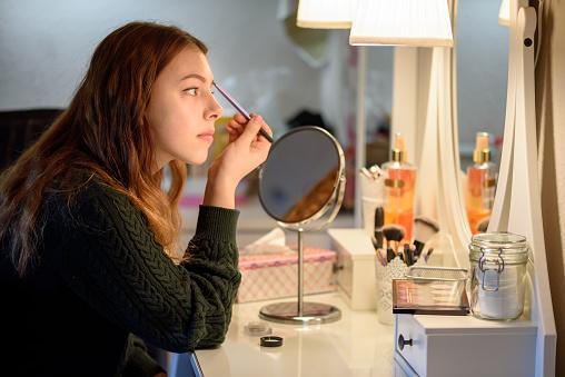 Aplicar Maquillaje Foto de stock y más banco de imágenes de Adolescente