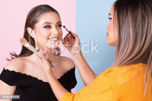 istock Applying makeup 918290636