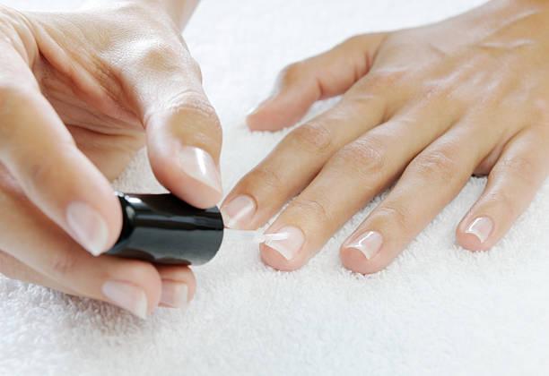 auftragen von nagellack nach harden nägel (xxxl - nägel lackieren stock-fotos und bilder