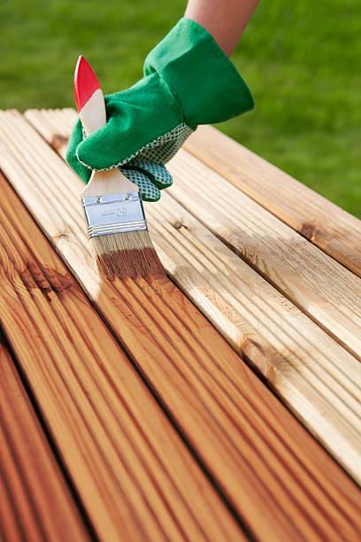 auftragen schützenden lack auf eine terrasse mit holzboden - vorbau dekor stock-fotos und bilder