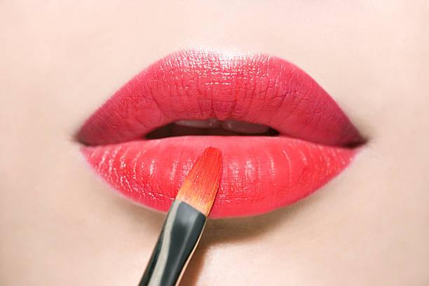 Roten Lippenstift anwenden – Foto