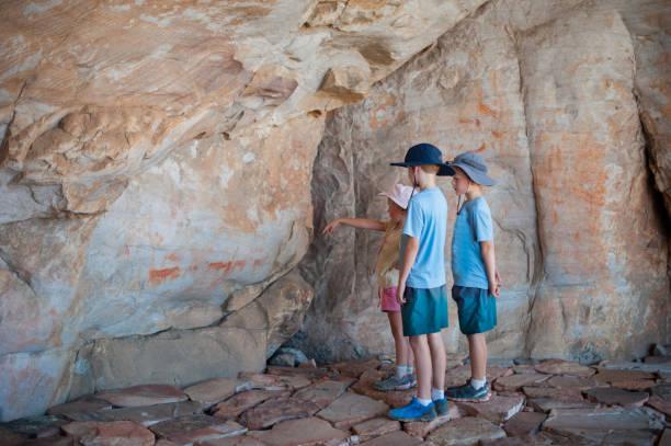 oyalama mağara sanat takdir - mağara resmi stok fotoğraflar ve resimler