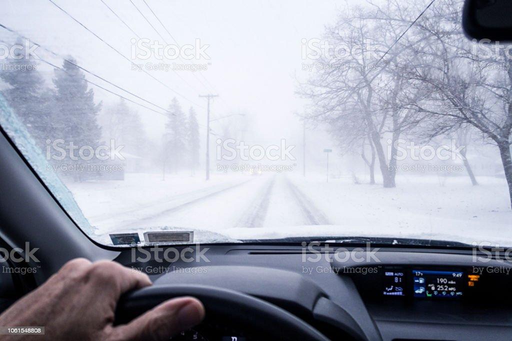 Annäherung an blinde Straße Kreuzung in nebligen Blizzard Schneesturm – Foto