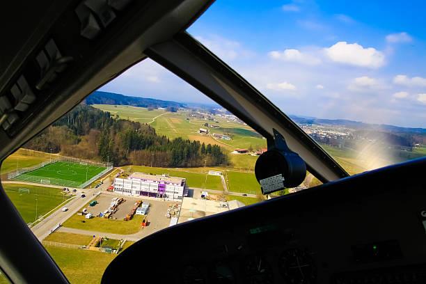 nähern für landing blick vom flugzeug-cockpit hütte-fenster. - flugschule stock-fotos und bilder