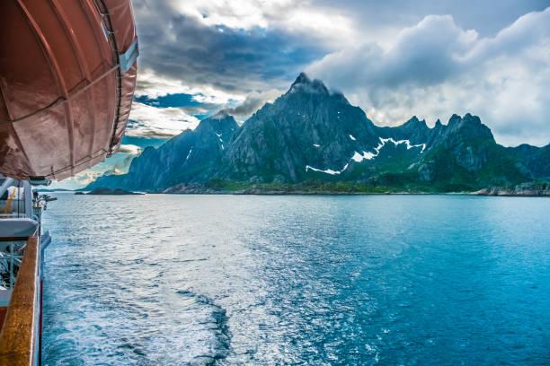 Nähert sich Henningsvær, Lofoten-Inseln, Nordland, Norwegen. Das Hotel liegt nördlich des Polarkreises. Bekannt für seine natürliche Schönheit, unverwechselbare Landschaft mit dramatischen Bergen und Gipfeln, Meer und geschützte Buchten, Strände und unberührte Gebiete sowie Quain öffnen – Foto