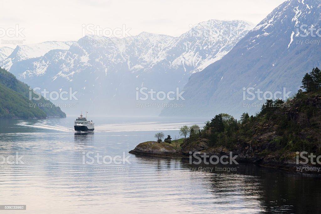 Viene barco en el geirangerfjord, Noruega foto de stock libre de derechos