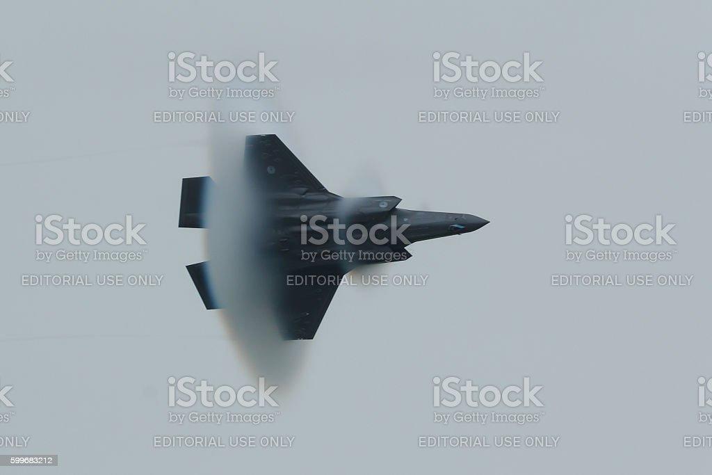 F-35 approaching sound barrier - foto de stock
