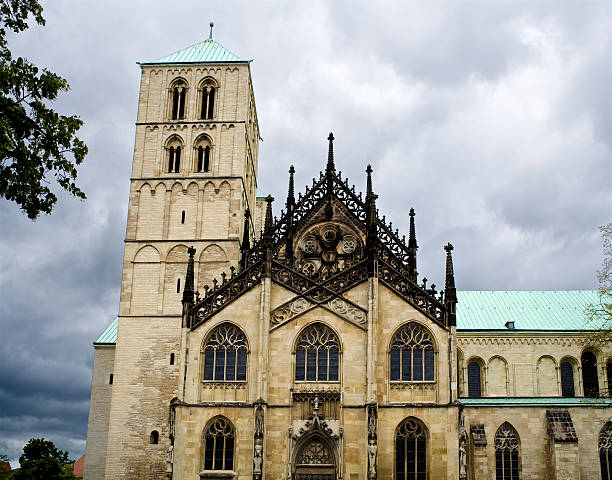 à l'approche d'orage de münster cathédrale - orage en alsace photos et images de collection