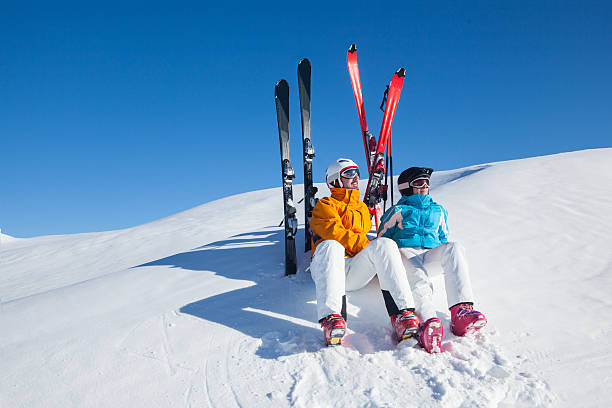apres ski relaxing skiers relaxing skiers in the snow apres skiing with ski apres ski stock pictures, royalty-free photos & images