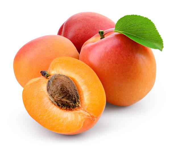aprikosenisolat. aprikosen mit scheibe auf weiß. frische aprikosen. mit clipping-pfad. volle schärfentiefe. - aprikose stock-fotos und bilder
