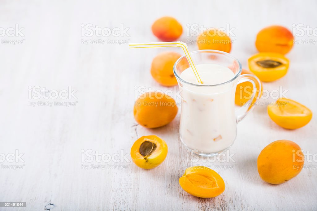 Apricot smoothie on a wooden table foto stock royalty-free