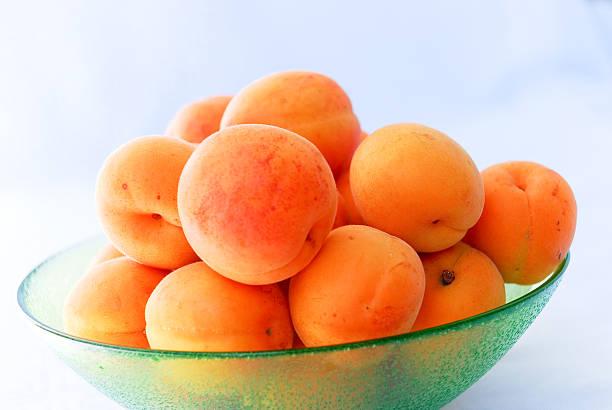 aprikosen in einer schüssel - obst kalorien stock-fotos und bilder