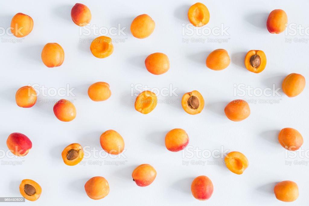 Aprikosen auf Pastell blau hinterlegt. Flach legen, Top Aussicht – Foto