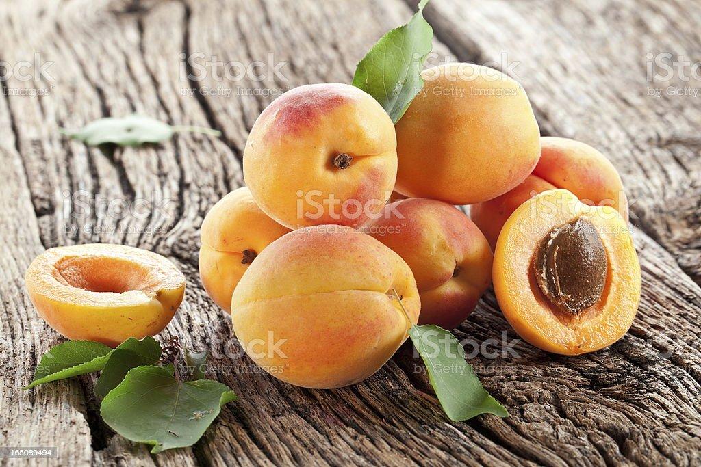 Abricots avec feuilles. - Photo