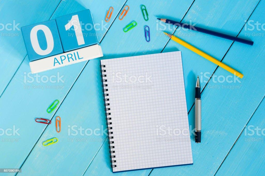 1. imagen del 1 de abril calendario color madera sobre fondo azul.  Día de la primavera, espacio vacío para el texto. Día de los inocentes - foto de stock