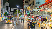 2017 年 4 月 20 日 - 沖縄県: 国際通り、那覇市、沖縄県の夜のメイン通り。
