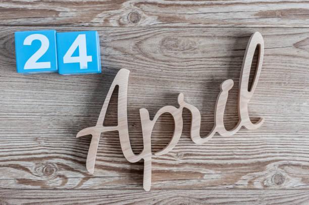 le 24 avril. jour 24 du mois, calendrier quotidien sur fond de table en bois. thème de temps de printemps - nombre 24 photos et images de collection