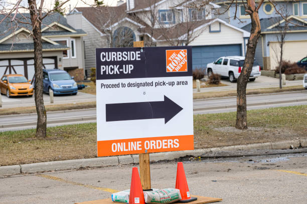 April 25 2020 - Calgary, Alberta Canada - Sign directing cutomers for curbside pickup covid-19 corona virus pandemic April 25 2020 - Calgary, Alberta Canada - directing cutomers for curbside pickup covid-19 corona virus pandemic curbsidepickup stock pictures, royalty-free photos & images