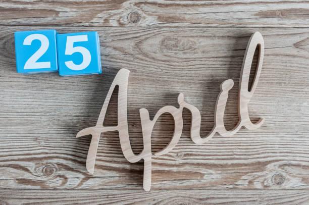 25 de abril. Día 25 del mes, calendario diario en el fondo de la tabla de madera. Tema de tiempo primaveral - foto de stock