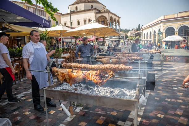 26 april 2019. aten, grekland. kokorec och lamm grillning på spett över koleld. grekisk påsk sed, monastiraki - kokoreç bildbanksfoton och bilder