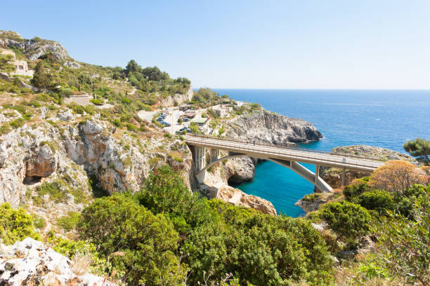 Apulien, Leuca, Grotte Ciolo - Land Straße Brücke der Grotte Ciolo – Foto