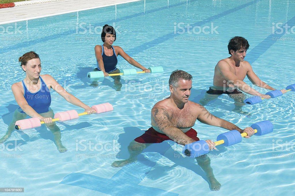 Aqua-Gymnastik und fitness Übungen mit Wasser, Hanteln – Foto