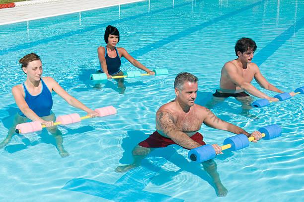 Aqua palestra fitness esercizio con manubri acqua - foto stock