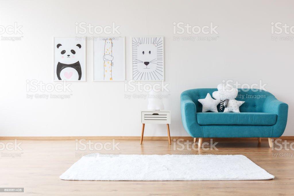 O Aquamarine sofá no quarto do miúdo - foto de acervo