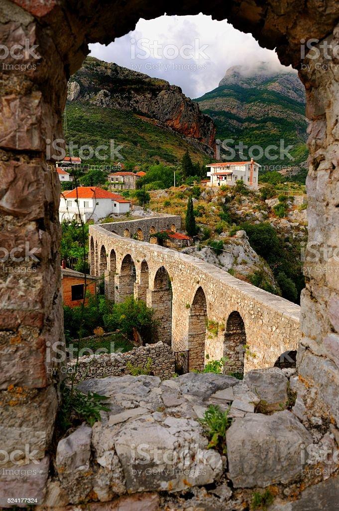 Bar, Montenegro de junio de 2015: Acueducto en Antiguo Bar - foto de stock