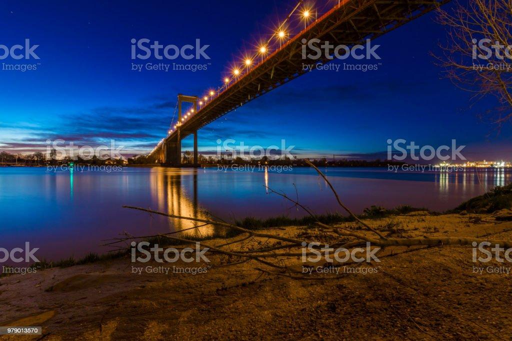 Pont d'Aquitaine de Bordeaux, en France, par nuit. - Photo