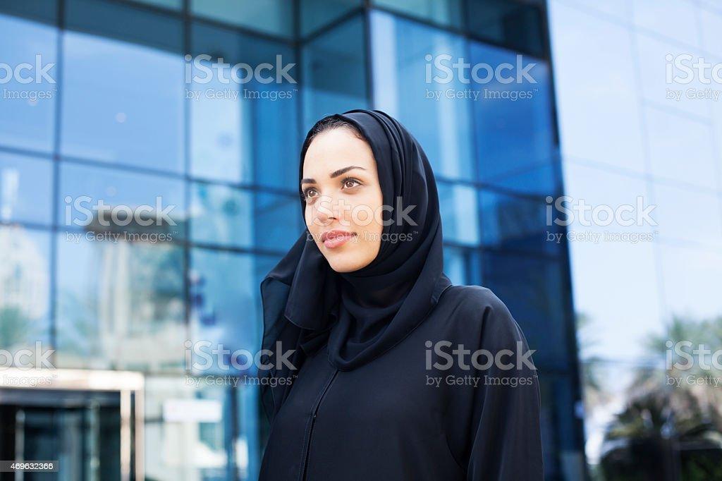 Arab business-Frau, die vor modernen business-Gebäude – Foto