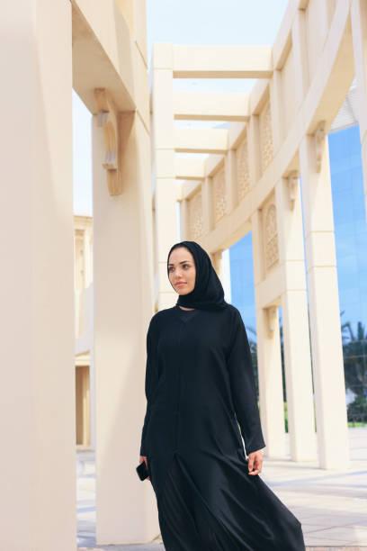阿拉伯女商人在傳統建築細節面前 - emirati woman 個照片及圖片檔