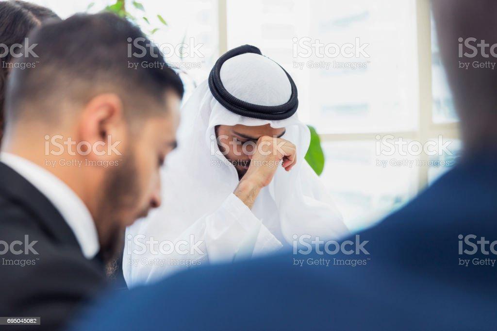 Arabische Geschäftsmann frustriert und müde während eines Meetings – Foto