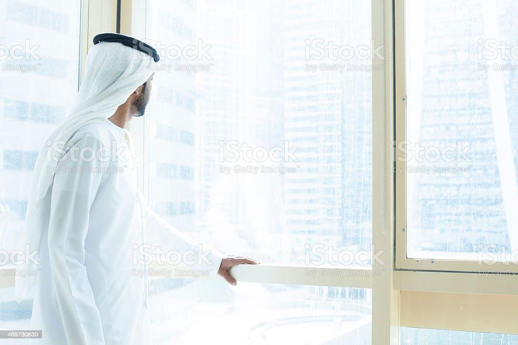 Arabische Geschäftsmann schaut durch Fenster business-Gebäude – Foto