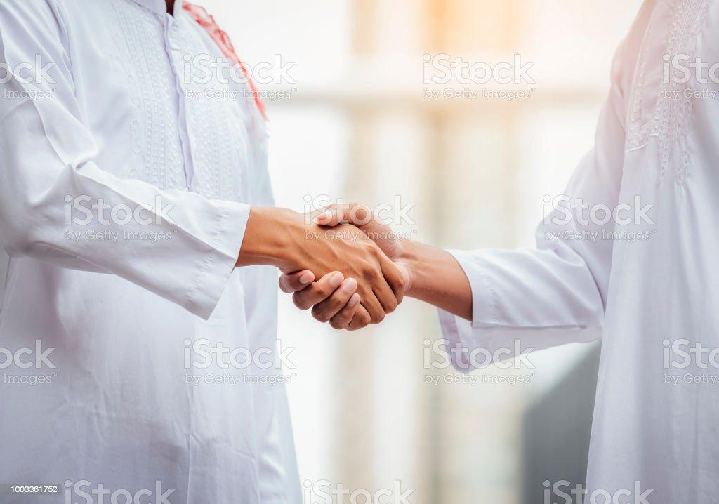 Arabische Geschäftsleute die Hände schütteln und akzeptieren Geschäfte für die Teamarbeit. – Foto