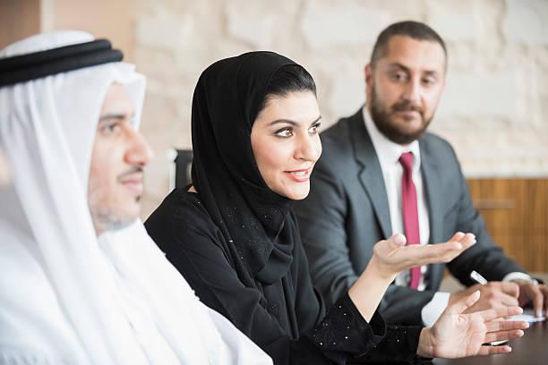 arab businesswoman in business meeting with colleagues - emirati woman 個照片及圖片檔
