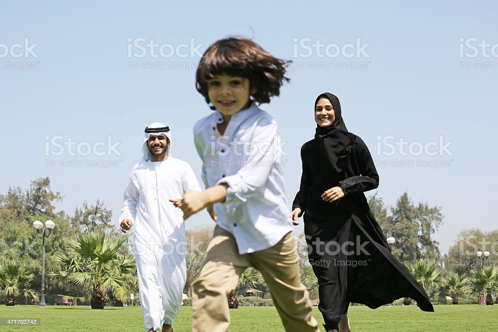 Arabische Familie genießen ihre Freizeit im park – Foto