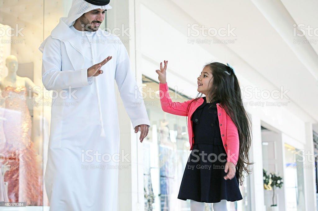 Arabische Familie mit Taschen in Einkaufszentrum – Foto
