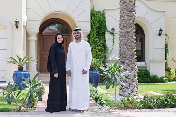 арабская семейный портрет перед их дом - arab стоковые фото и изображения