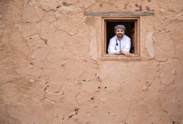arab man in traditional omani outfit in an old castle - oman zdjęcia i obrazy z banku zdjęć