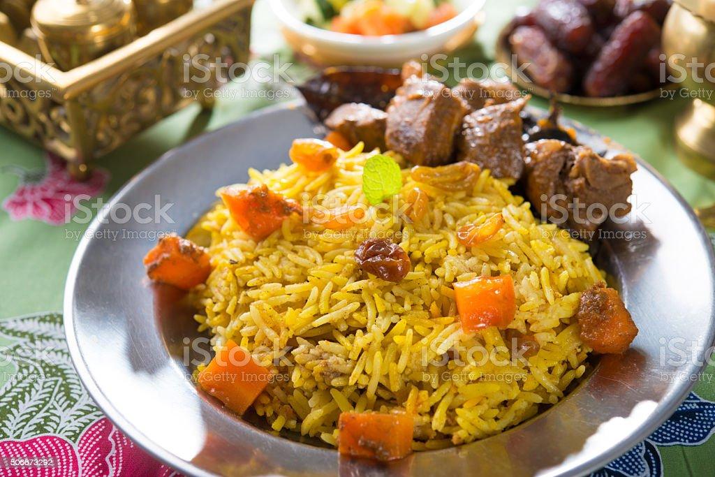 Árabes arroz, arroz com carne e palitos em uma tigela. - foto de acervo