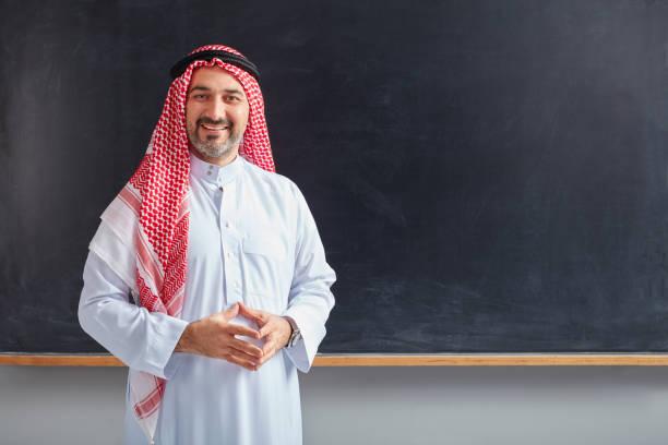 Arabische Lehrer posiert auf Tafel. – Foto