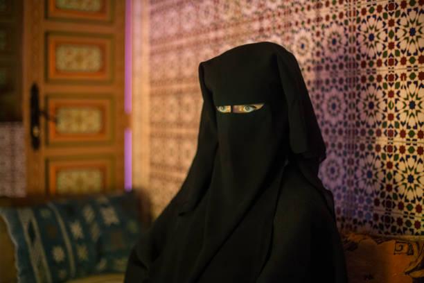 arabische frau - burka stock-fotos und bilder