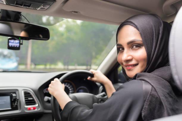 Mujeres árabes conducir coche. - foto de stock