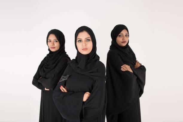 阿拉伯婦女在傳統禮服站立在白色背景 - emirati woman 個照片及圖片檔