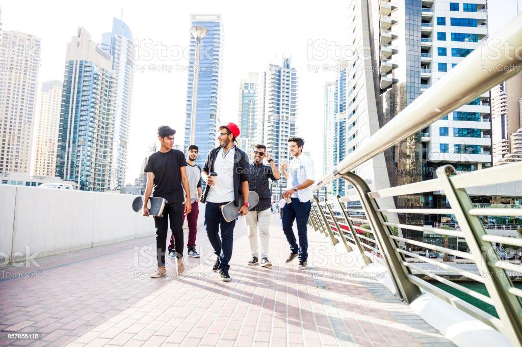 Jóvenes árabes Grupo De Amigos Del Oriente Medio Colgando De Dubai ...