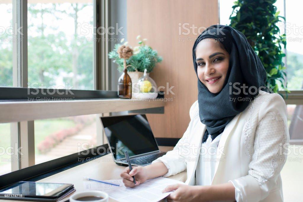 Empresaria árabe trabaja en la cafetería. - foto de stock