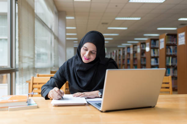 Empresaria árabe trabaja en la biblioteca. - foto de stock