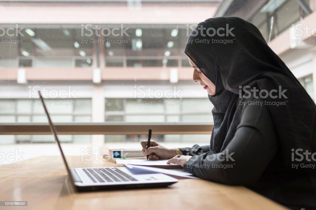 Arabian empresaria trabajando en la sala. - foto de stock
